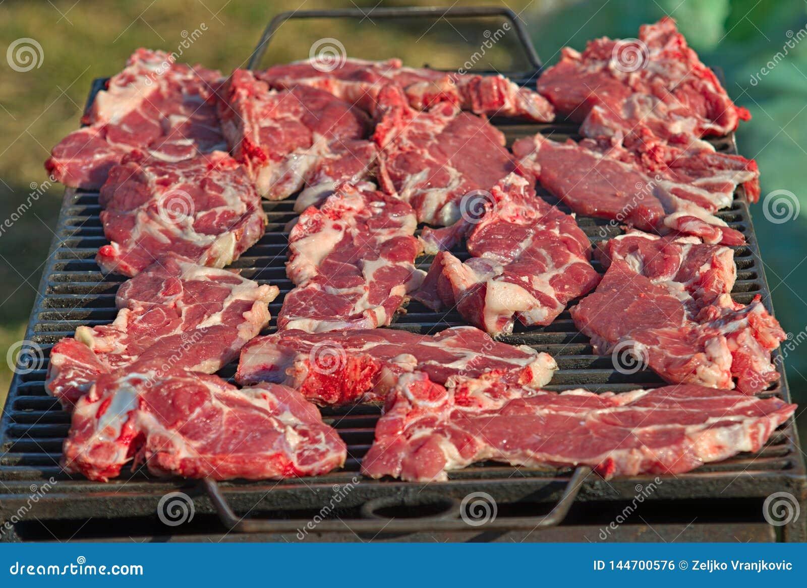 Świezi wieprzowina kotleciki piec na grilla grillu