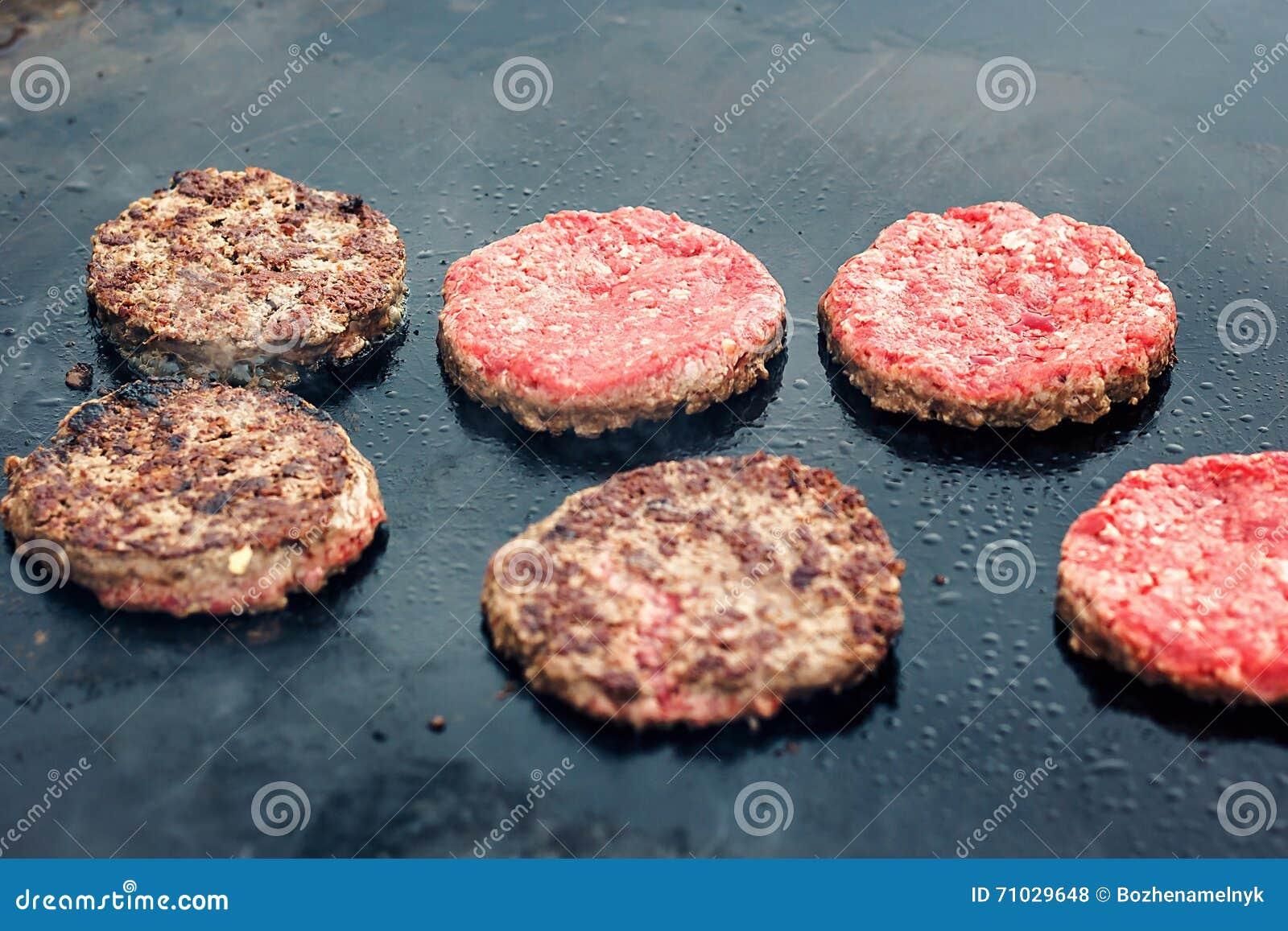 Świezi zdrowi hamburgery gotuje na niecce pod płonąć bunkrują Mięso piec na pożarniczych grillów kebabs na grillu