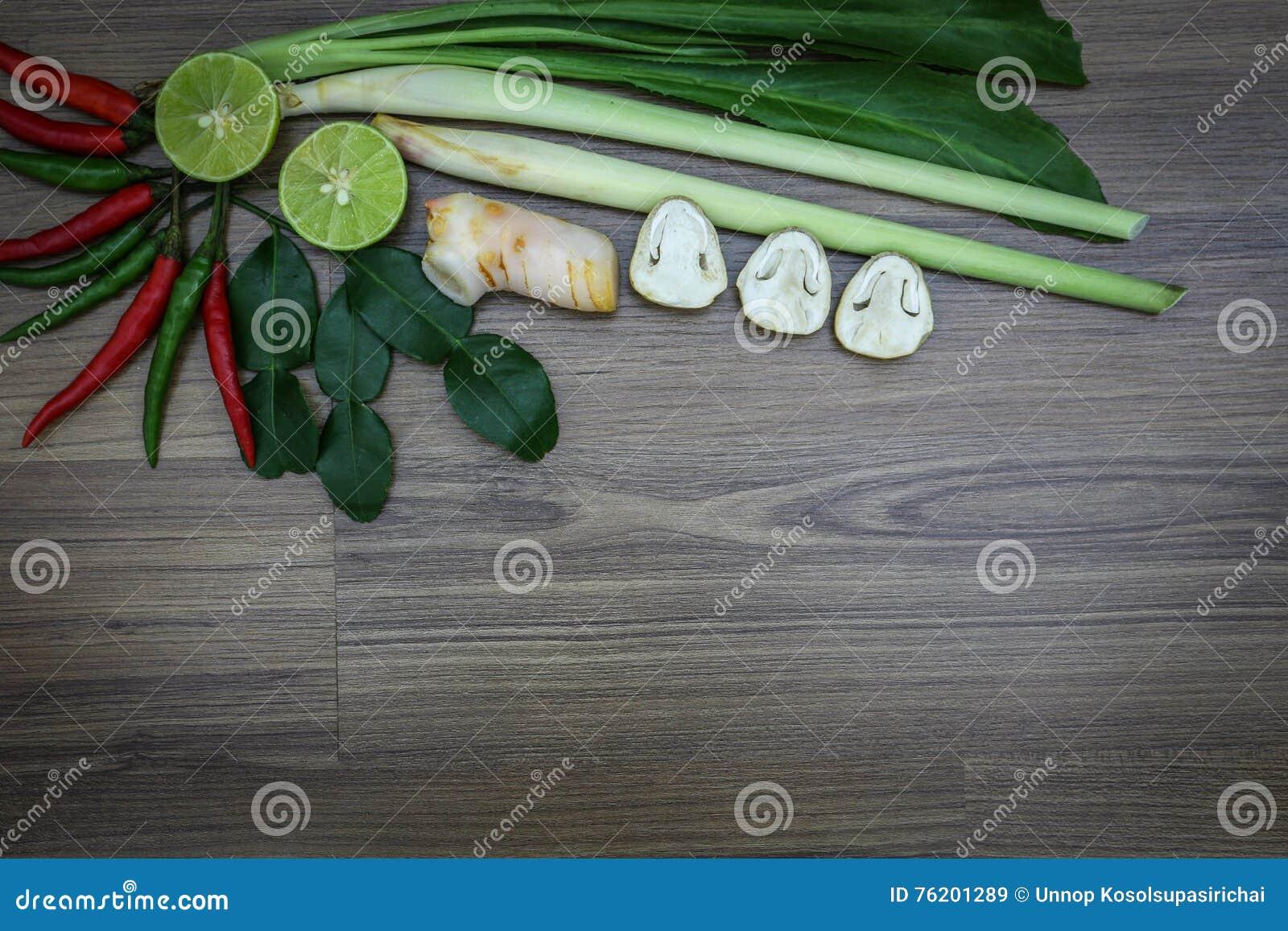Świezi ziele i pikantność na drewnianym tle, składniki Tajlandzki korzenny jedzenie, składniki Tom yum