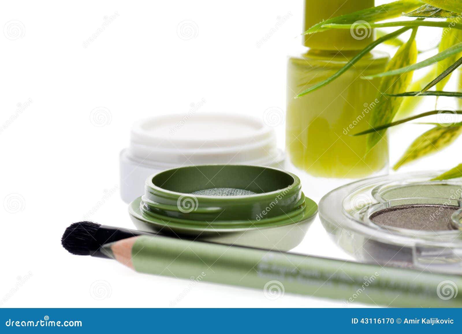 Świezi zieleni kosmetyki ustawiający z bambusowymi liśćmi