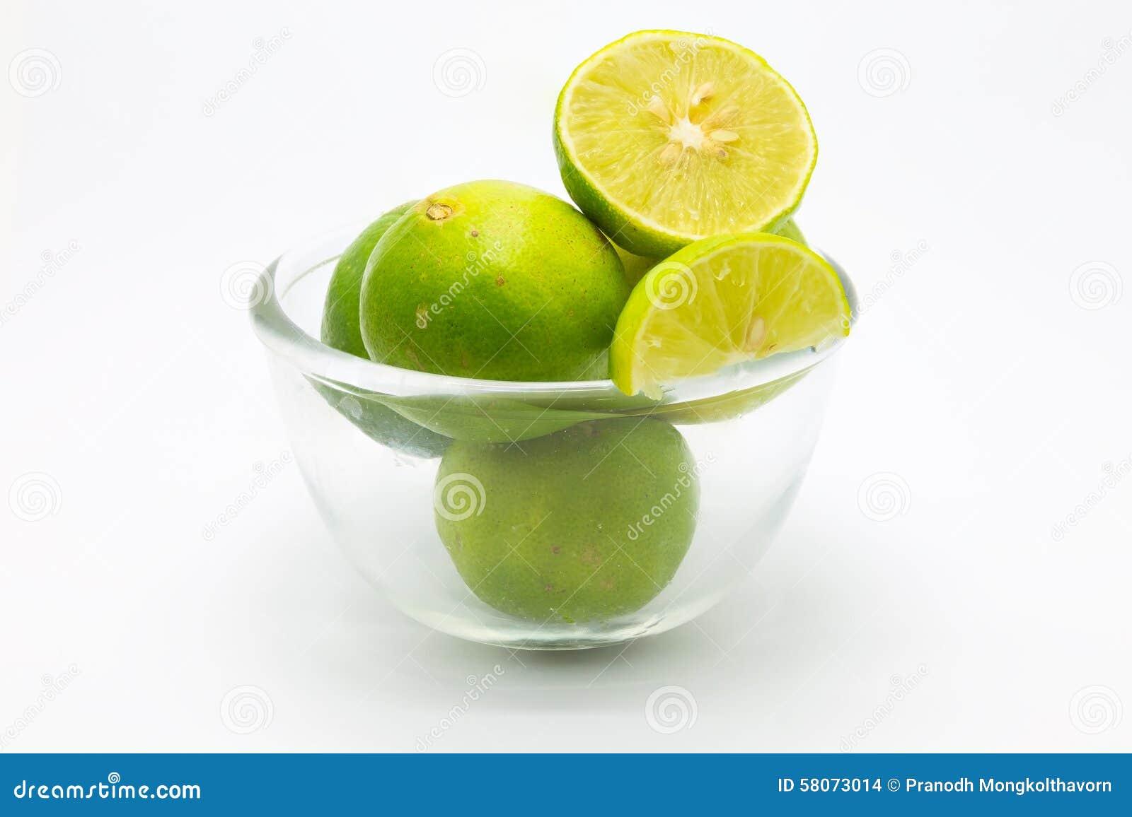 Świezi zieleni wapno w szklanym pucharze