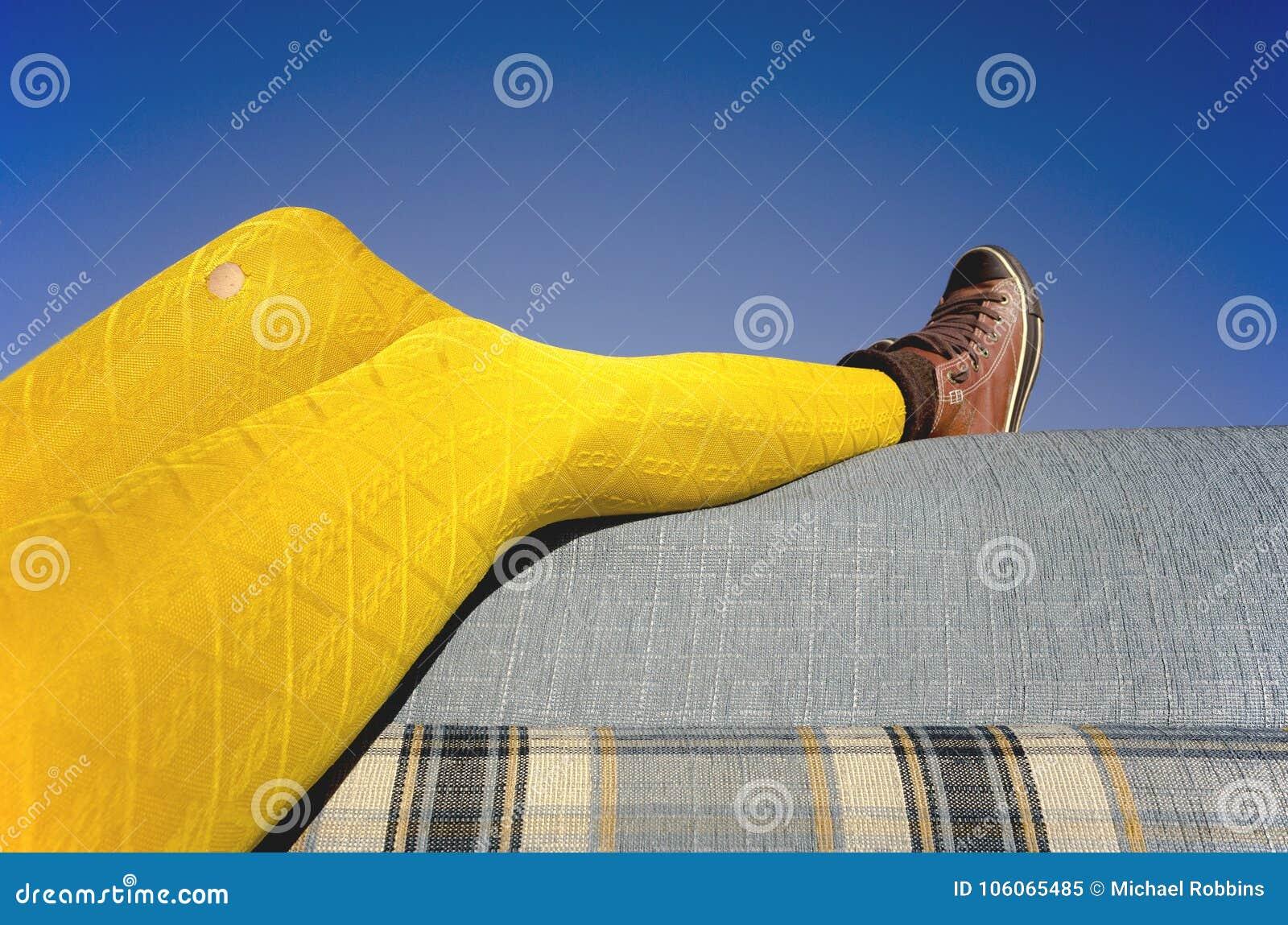 Żółta rajstopy kanapa