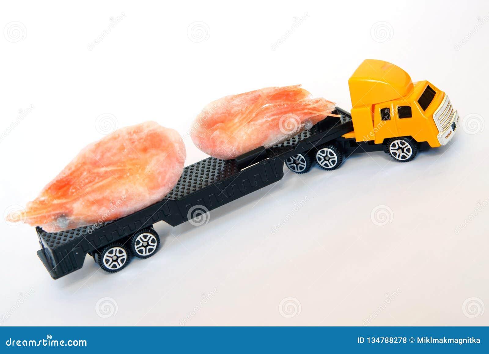 Żółta taksówki zabawki ciężarówka niesie zamarznięte garnele Owoce morza dostawa zdrowa żywność