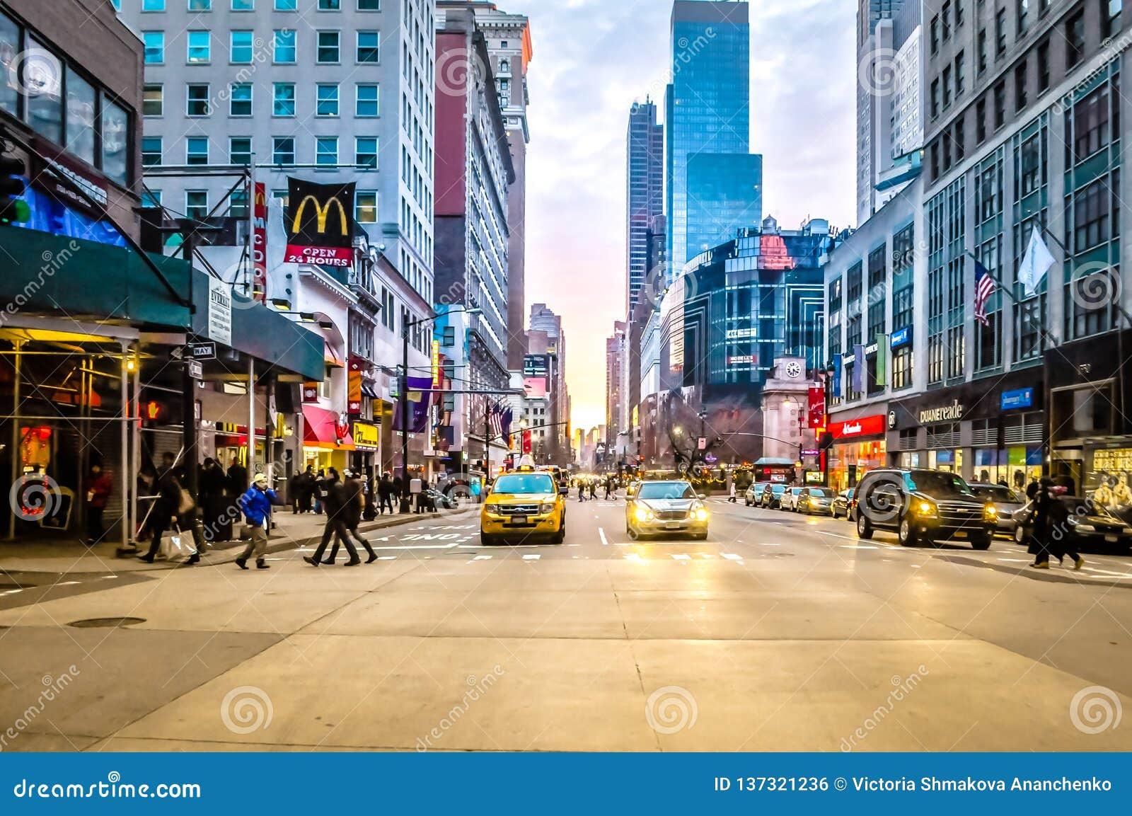 Żółte taksówki przy lower manhattan kupczą przy zmierzchem w NYC, usa