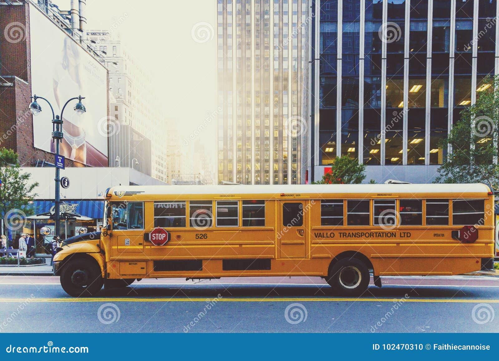 Żółty autobusu szkolnego jeżdżenie wzdłuż ulicy w Manhattan