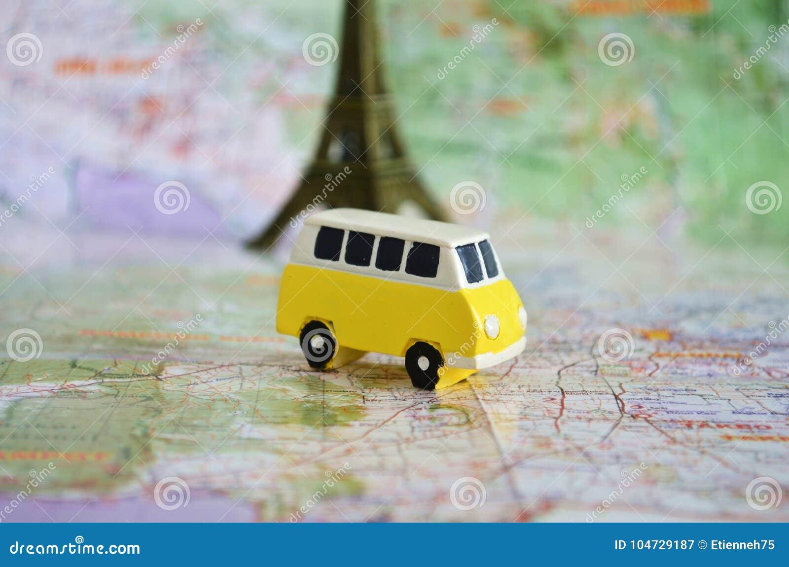 Żółty campingowy autobus na mapie