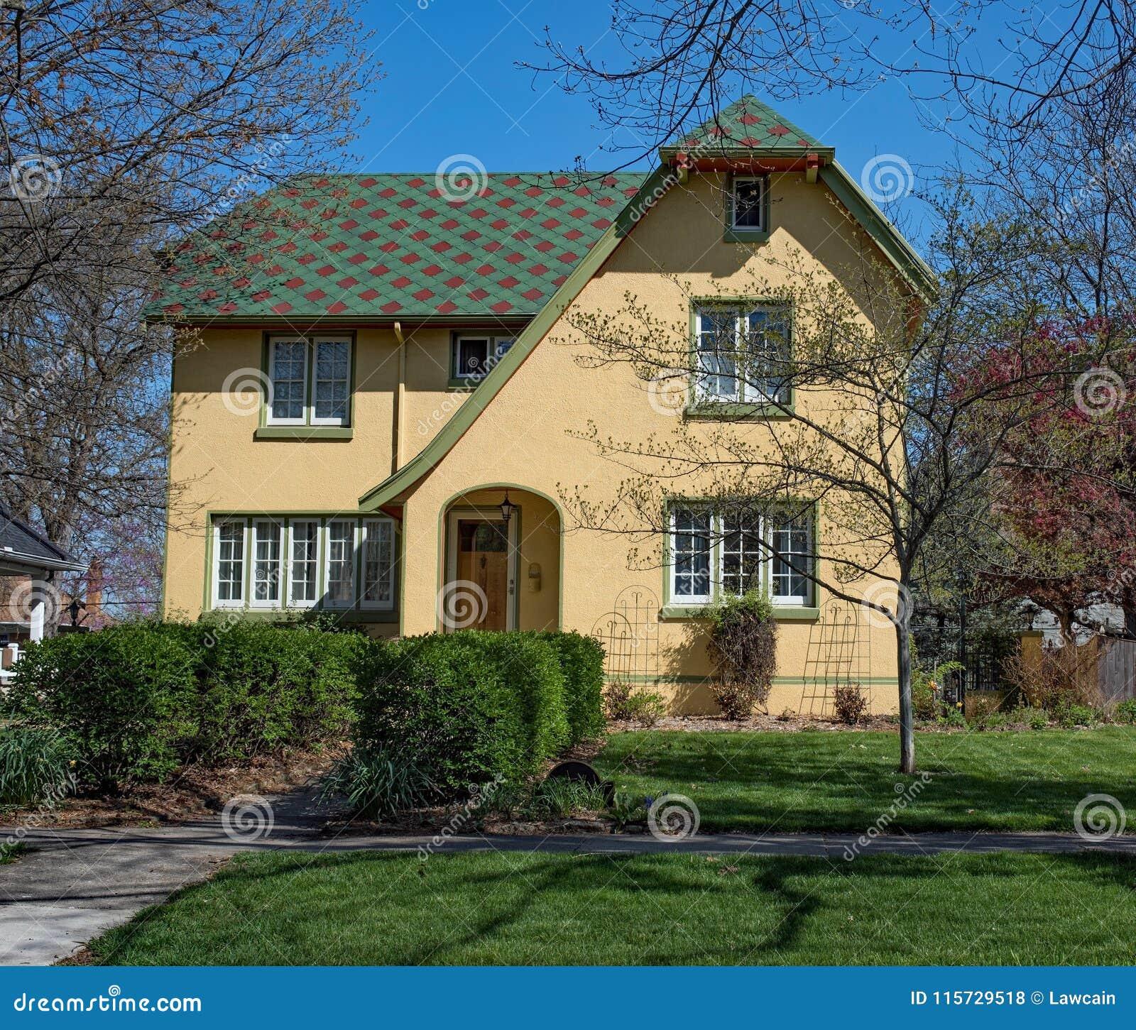 Żółty stiuku dom z patchworku dachem