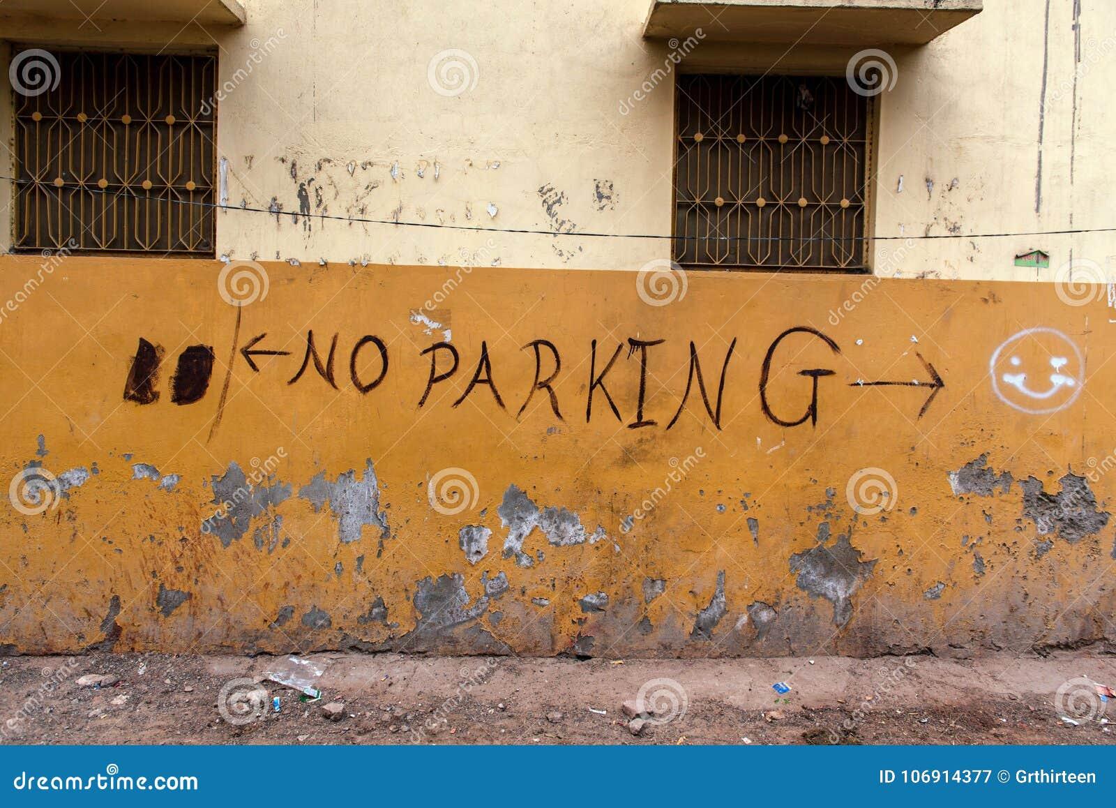 ` Żadny parking ` graffiti na kolor żółty ścianie