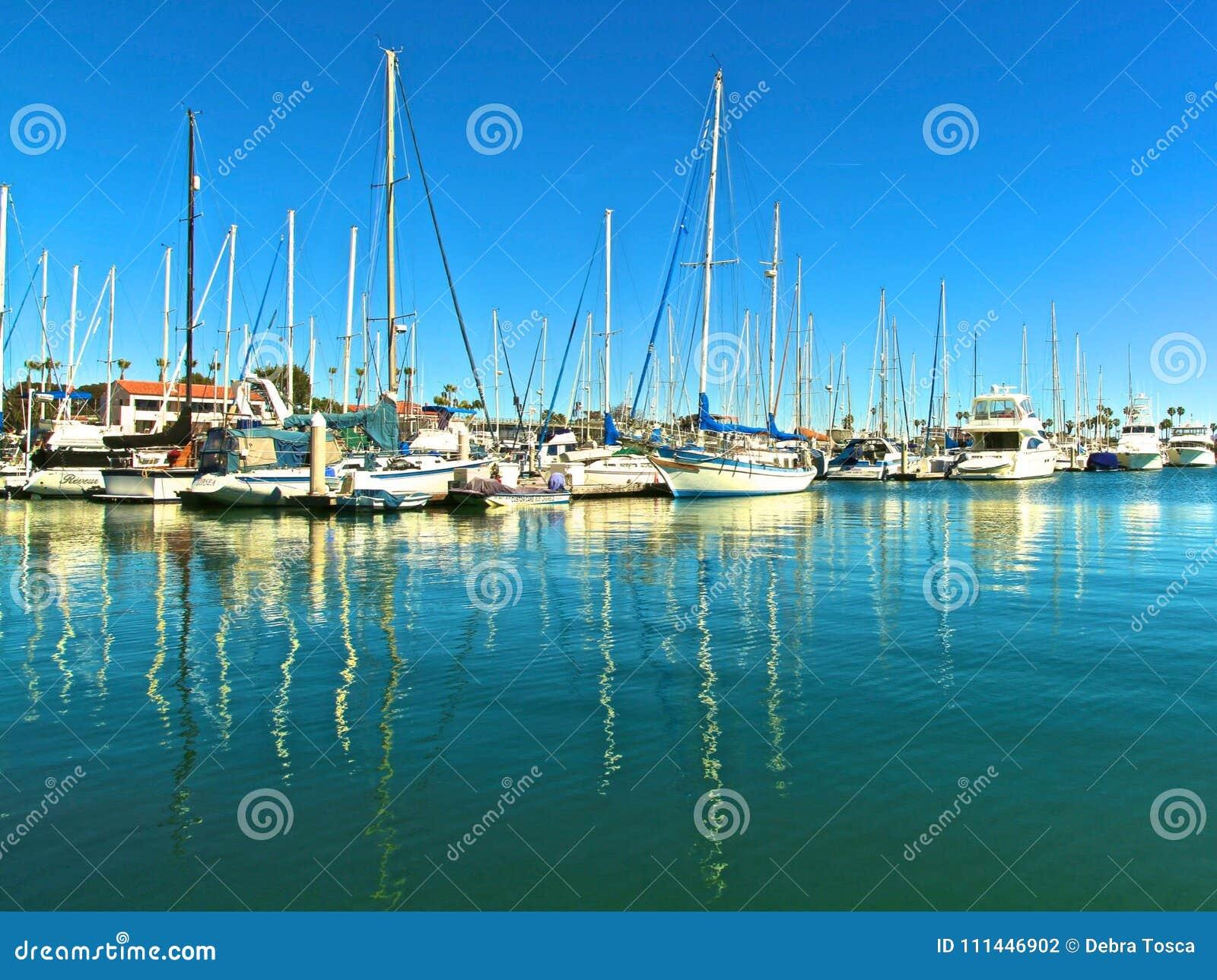 Żagiel łodzie w marina