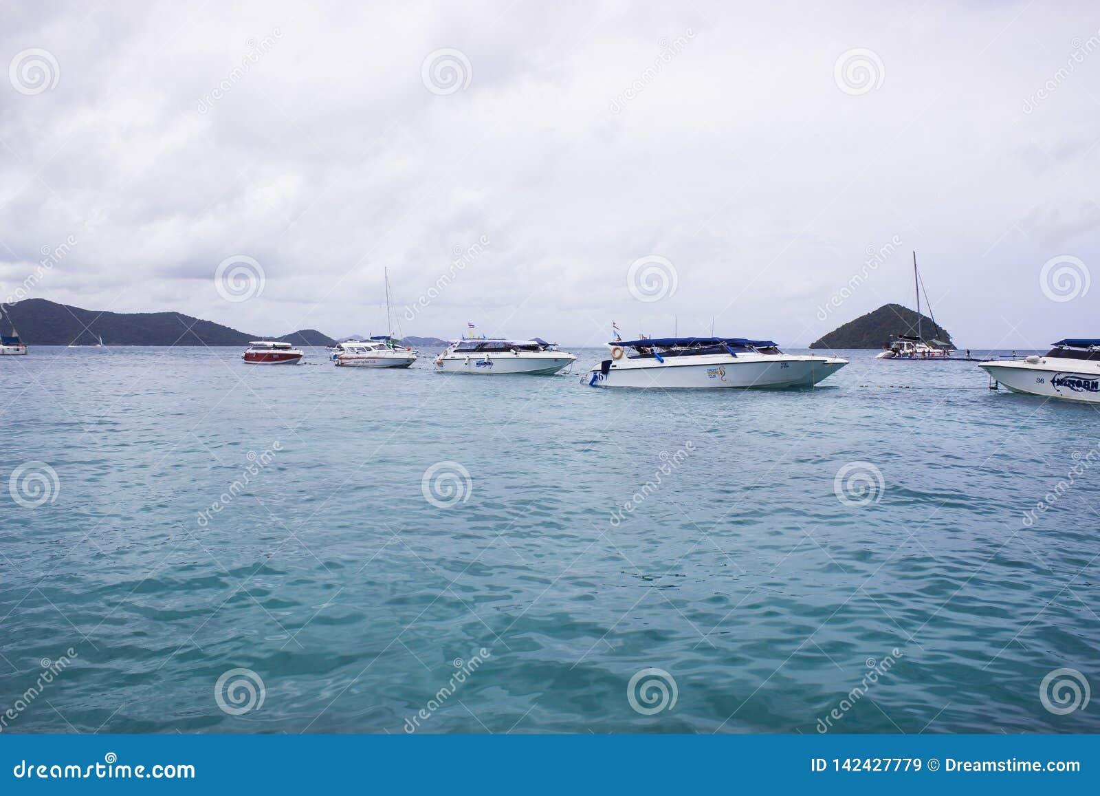 Żaglówka w morzu w obłocznej niebo dnia błękitne wody