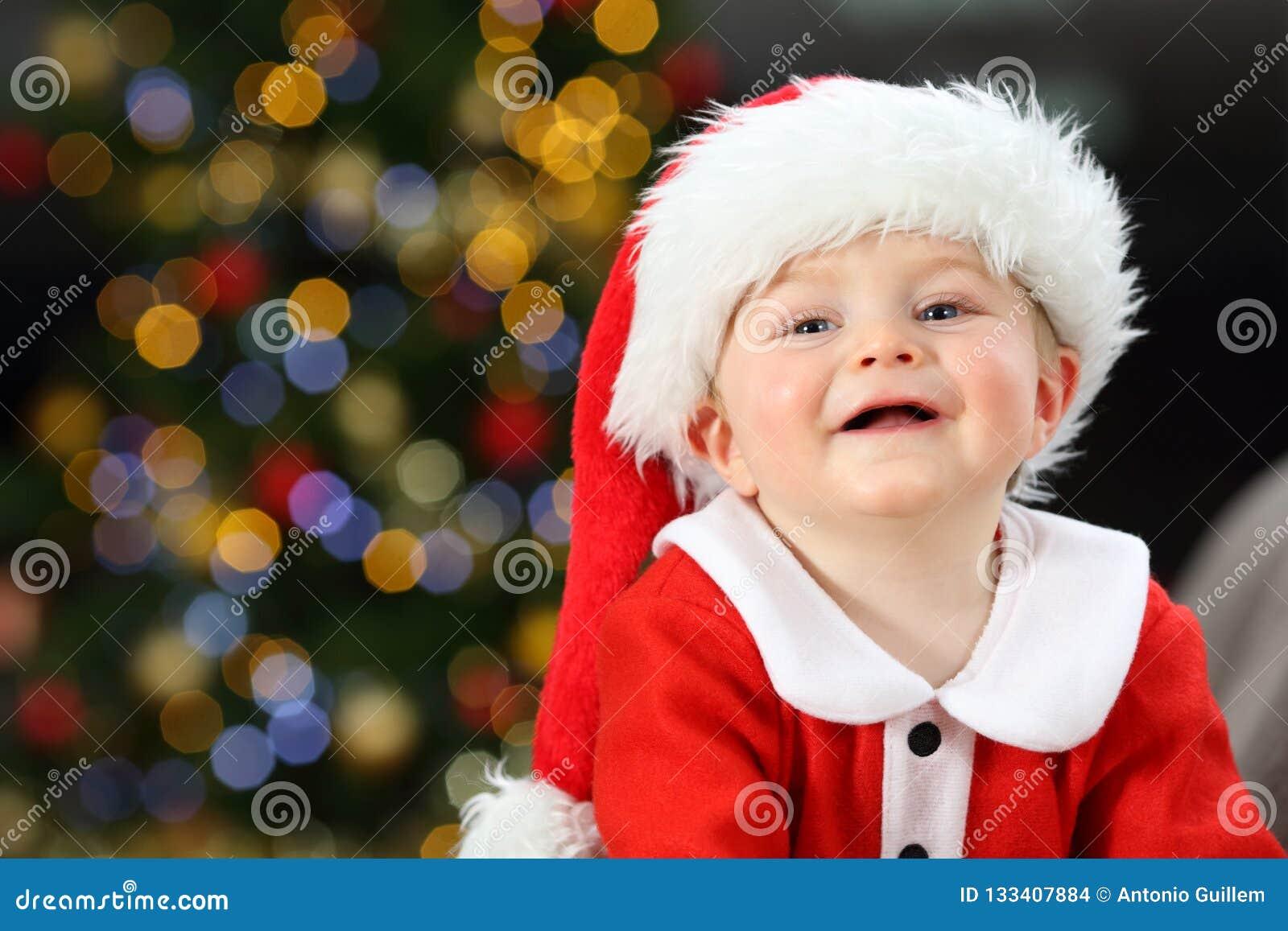 Żartuje patrzeć kamerę w bożych narodzeniach jest ubranym Santa przebranie