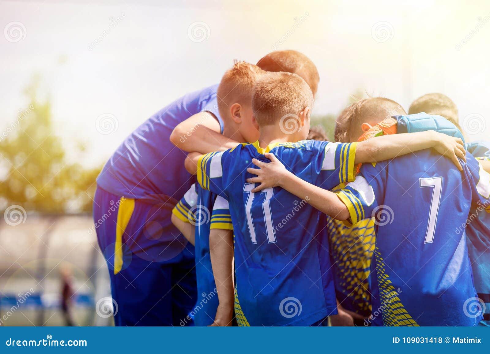 Żartuje sport drużyny ma animusz rozmowę z trenerem Dziecko piłki nożnej drużyna motywująca trenerem Trenowanie młodości futbolow