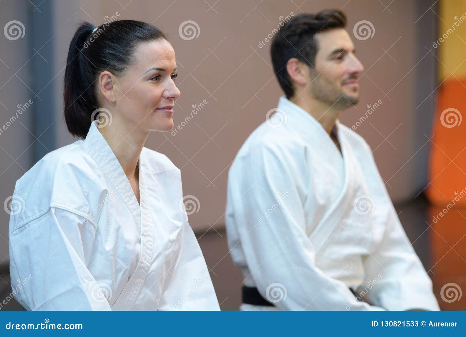 Żeńscy i męscy karatekas podczas lekcji