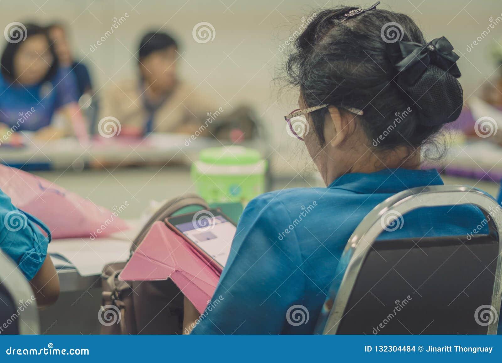 Żeńscy nauczyciele spotyka dla planu nauczania