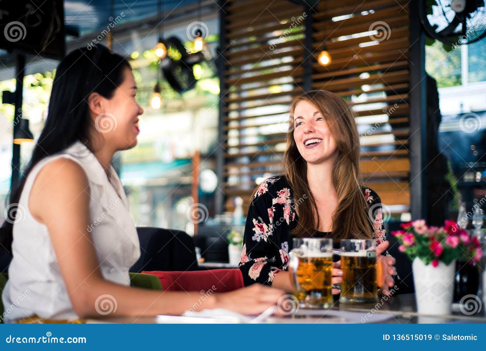 Żeńscy przyjaciele ma rozmowę w barze