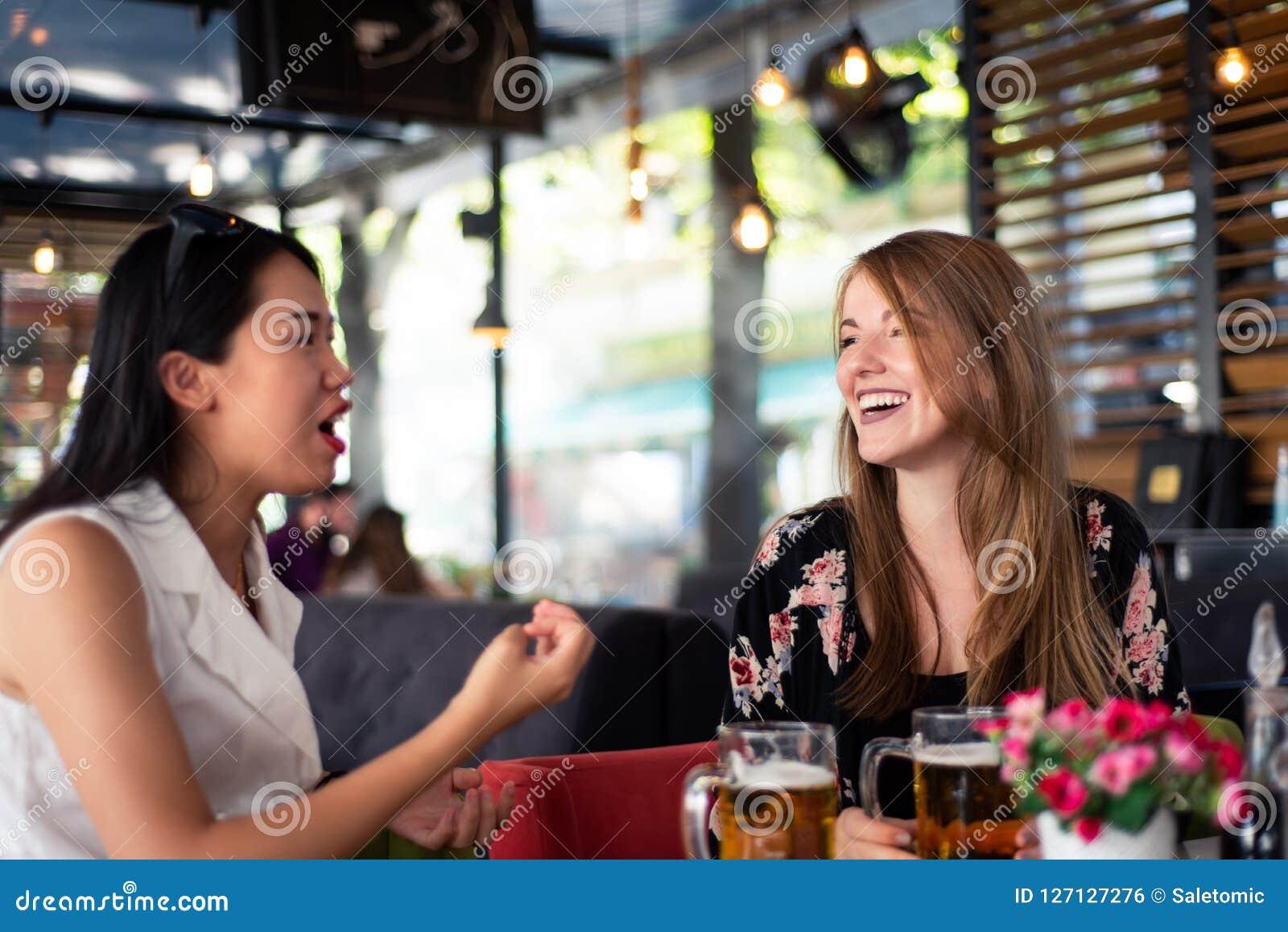 Żeńscy przyjaciele ma rozmowę w restauraci