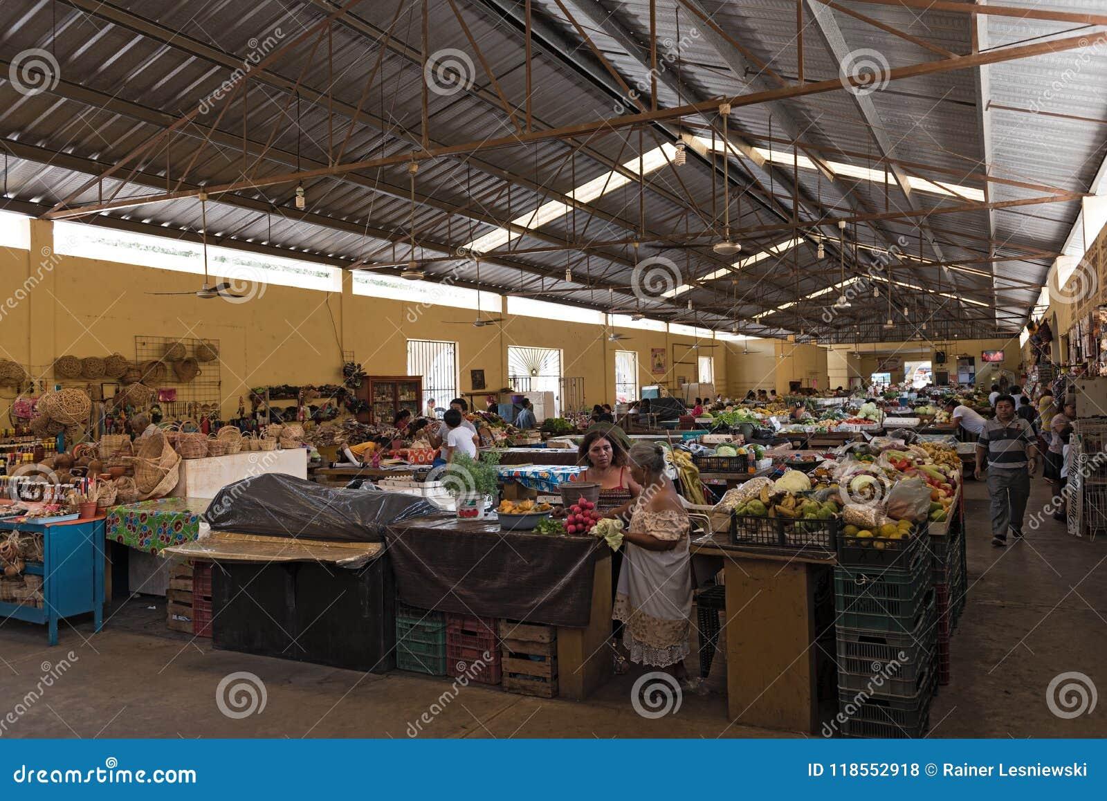 Żeńscy sprzedawcy z klientami przy magistrala rynkiem, mercado miejski w Valladolid, Mexico