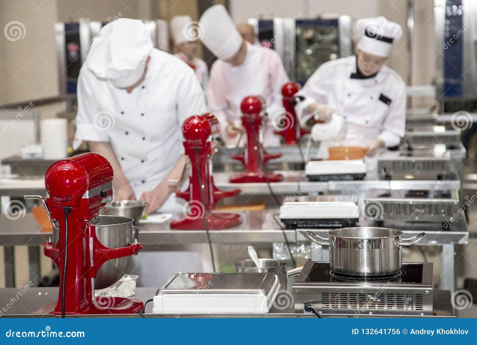 Żeńscy szefowie kuchni przygotowywają ciasto w kuchni restauracja lub hotel