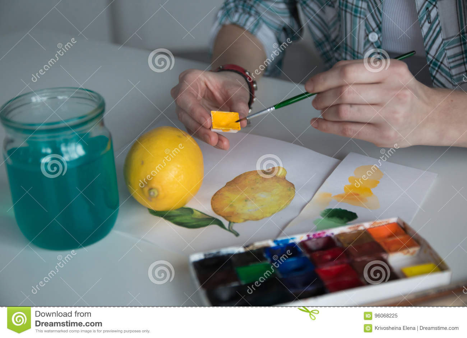 Żeńska artysty ` s ręka na stole