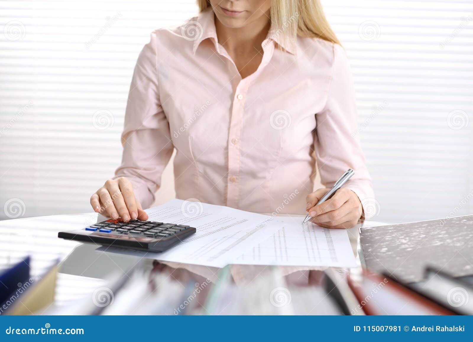 Żeńska księgowa, pieniężny inspektorski robi raport lub, Wewnętrzny dochód Servic