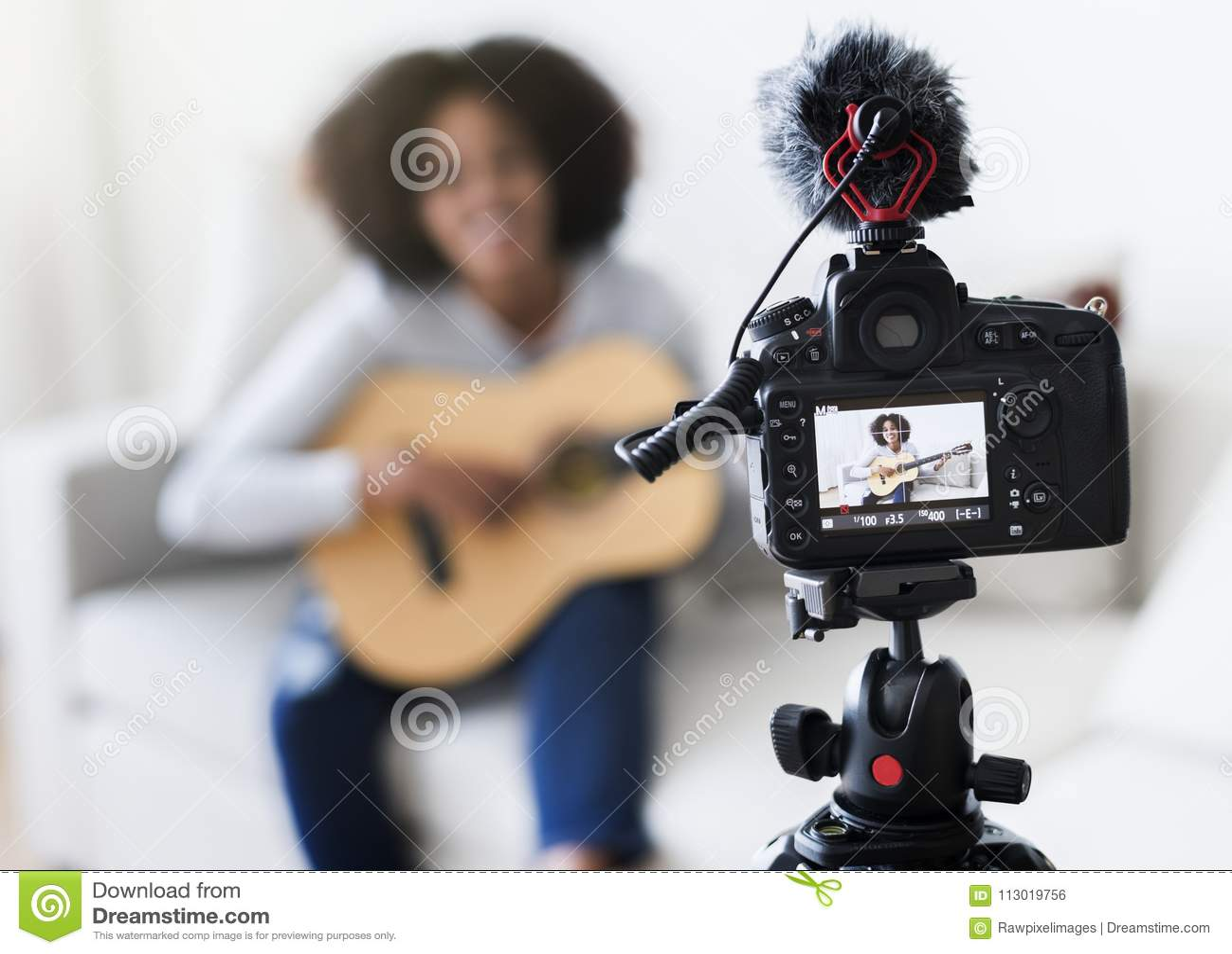 Żeńska magnetofonowa muzyka odnosić sie blogger transmisja w domu