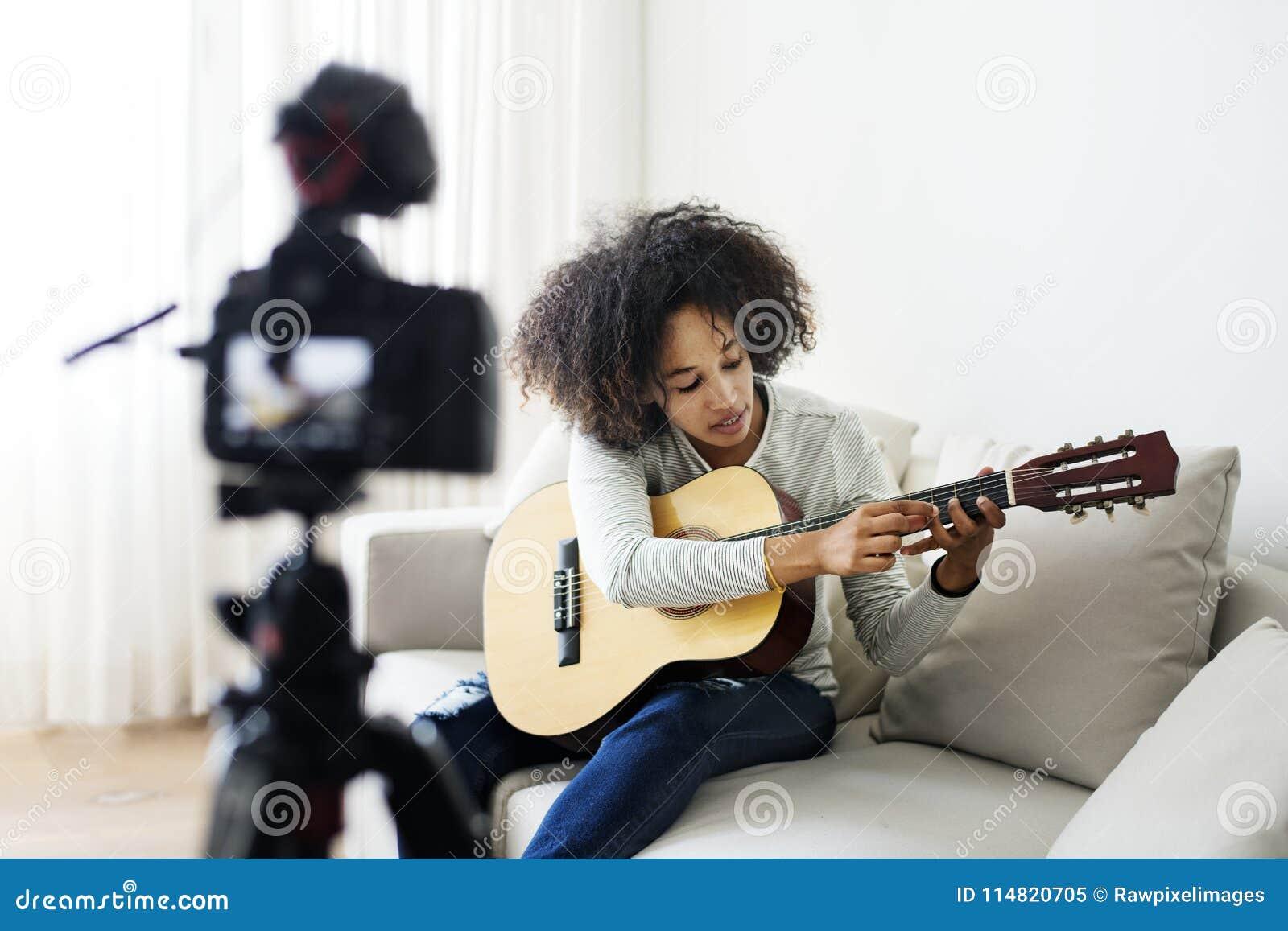 Żeńska magnetofonowa muzyka odnosić sie vlogger transmisja w domu