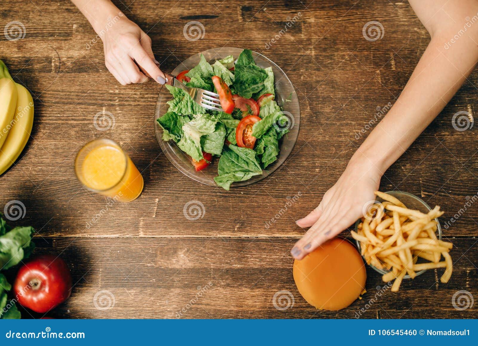 Żeńska osoba wybiera zdrową żywność organiczną