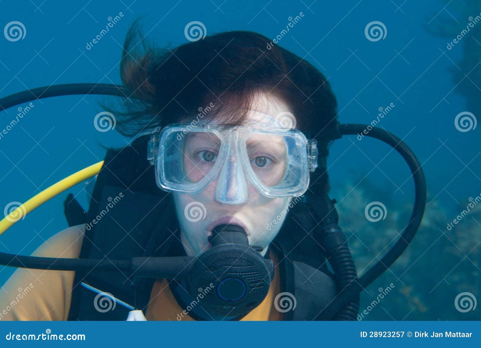 Żeński akwalungu nurek