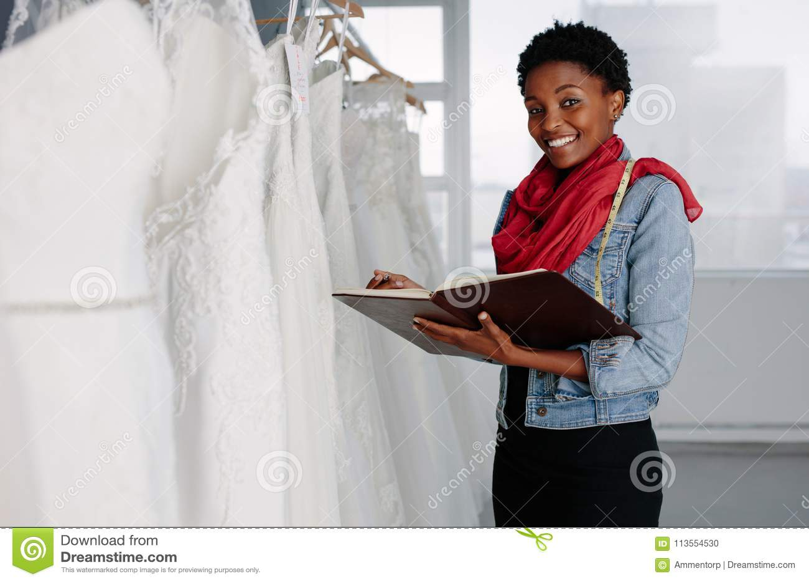 Żeński bridal odzież projektant pracuje w butiku
