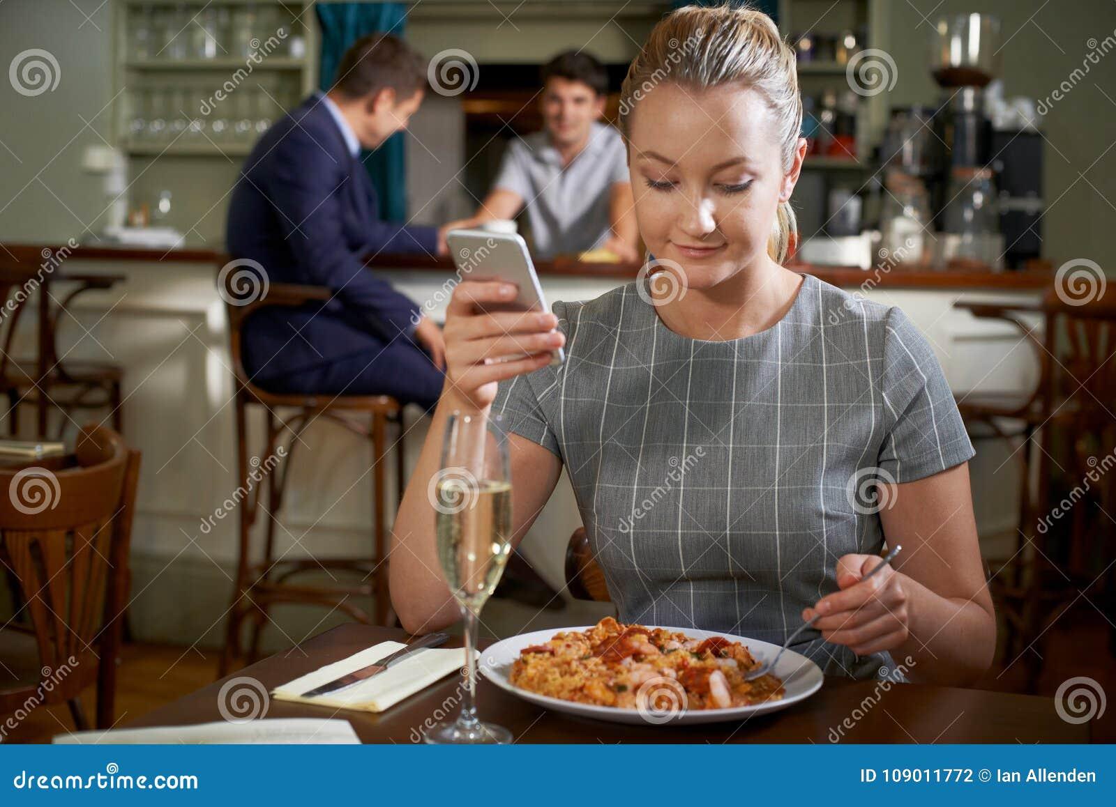Żeński Karmowy Blogger Wysyła Online przegląd Restauracyjny posiłek Usi