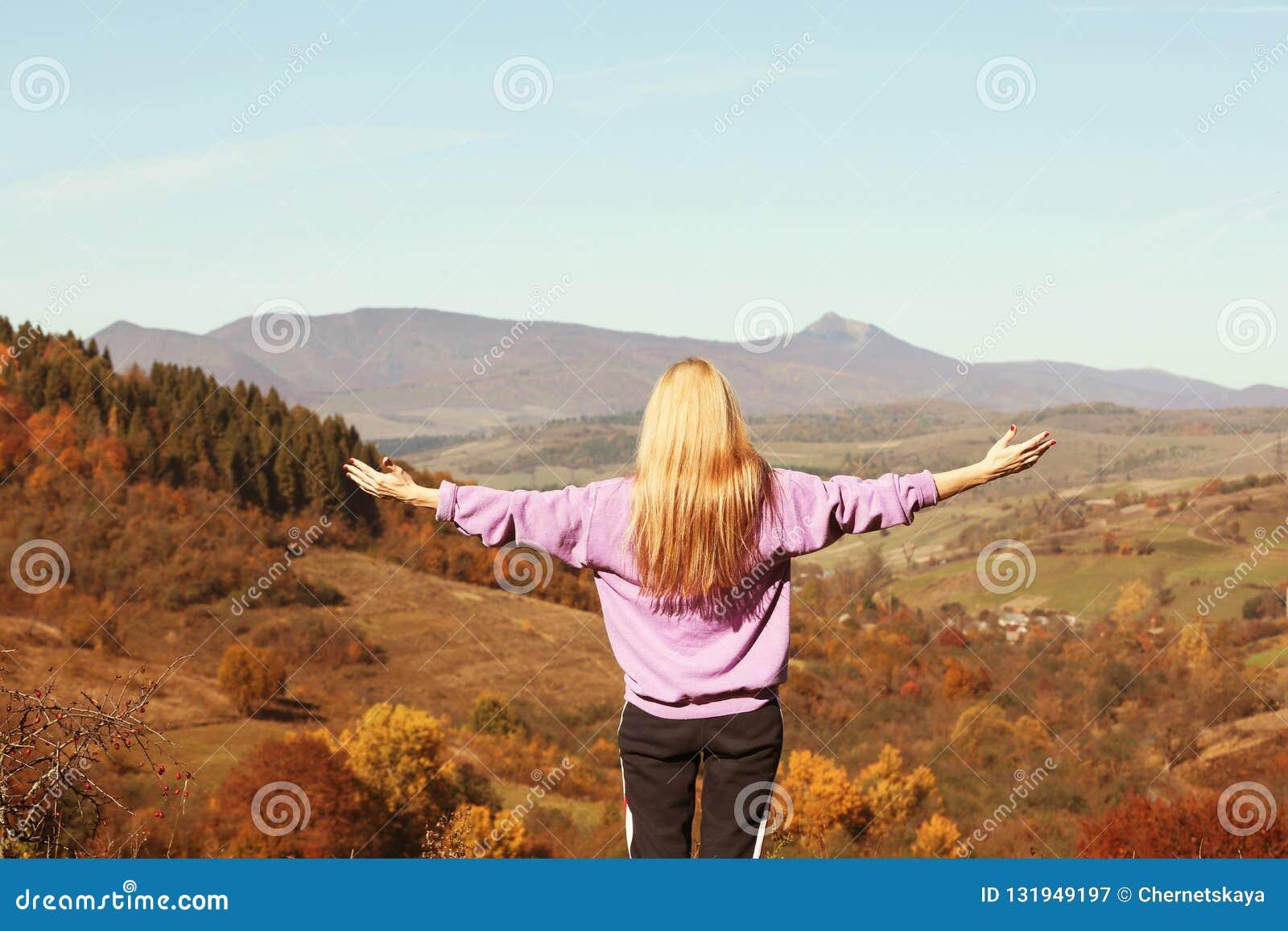 Żeński podróżnika uczucie uwalnia w górach