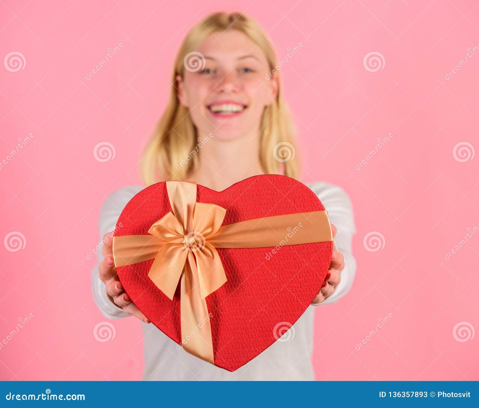 Żeński ręka chwyta prezenta pudełko Przygotowany coś specjalny dla on Ona romantyczna osoba Walentynka prezent dla chłopaka znale