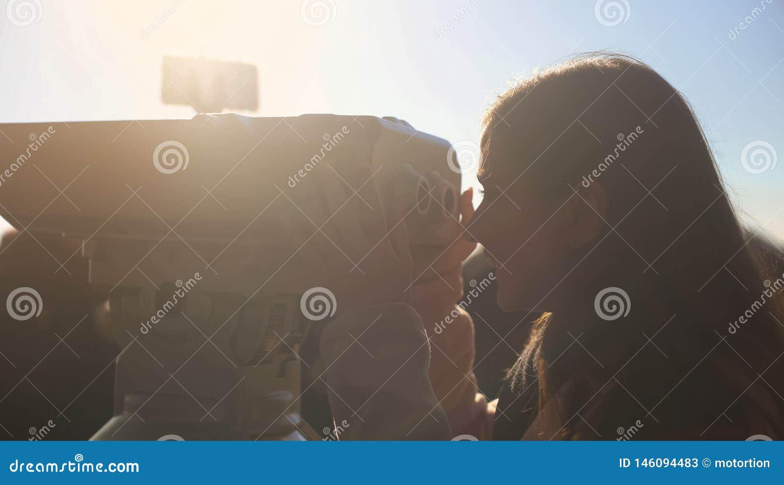 Żeński turystyczny patrzeć górować widza na skydeck, cieszy się piękną scenerię
