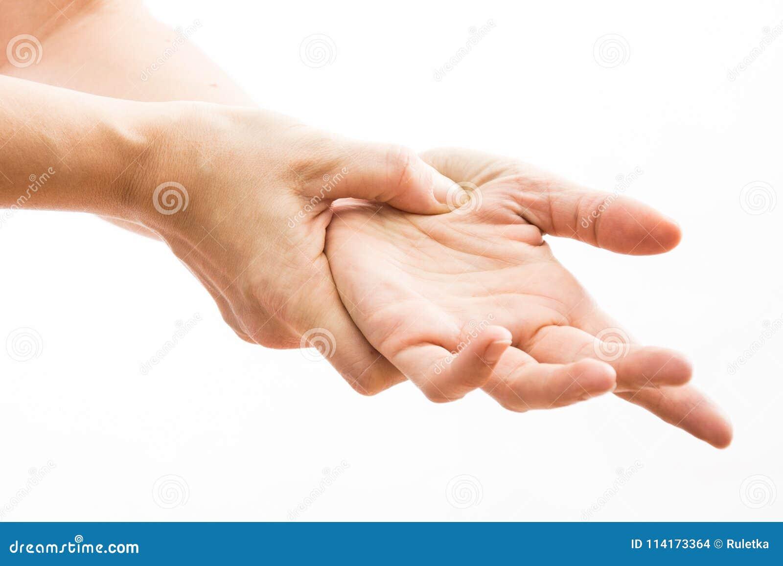 Żeńskie ręki robią acupressure na ręce,