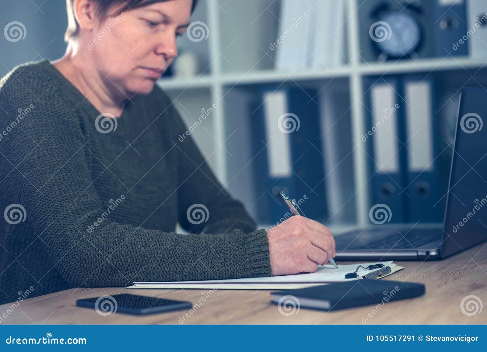 Żeńskiego przedsiębiorcy podpisywania biznesowa kontraktacyjna zgoda