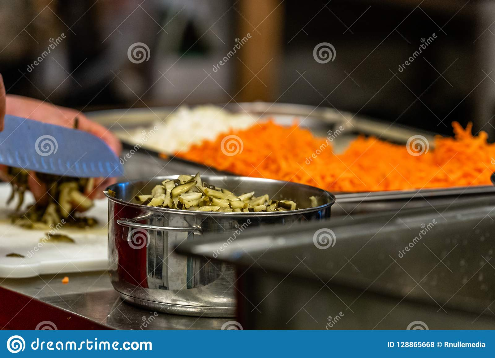 Żeńskiego szefa kuchni ciapania Kiszeni ogórki dla sałatek, Ślubny posiłek
