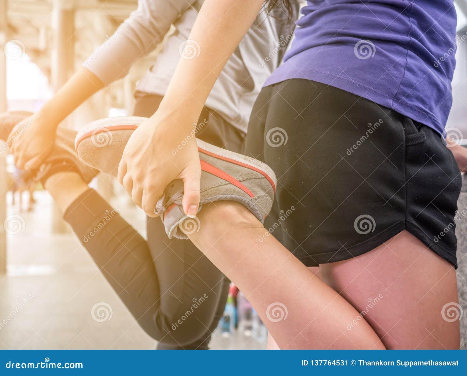 Żeńskiej atlety ciała niska uprawa cieki robi nogom rozciąga dostawać przygotowywająca dla cardio warmup Działająca biegacz kobie