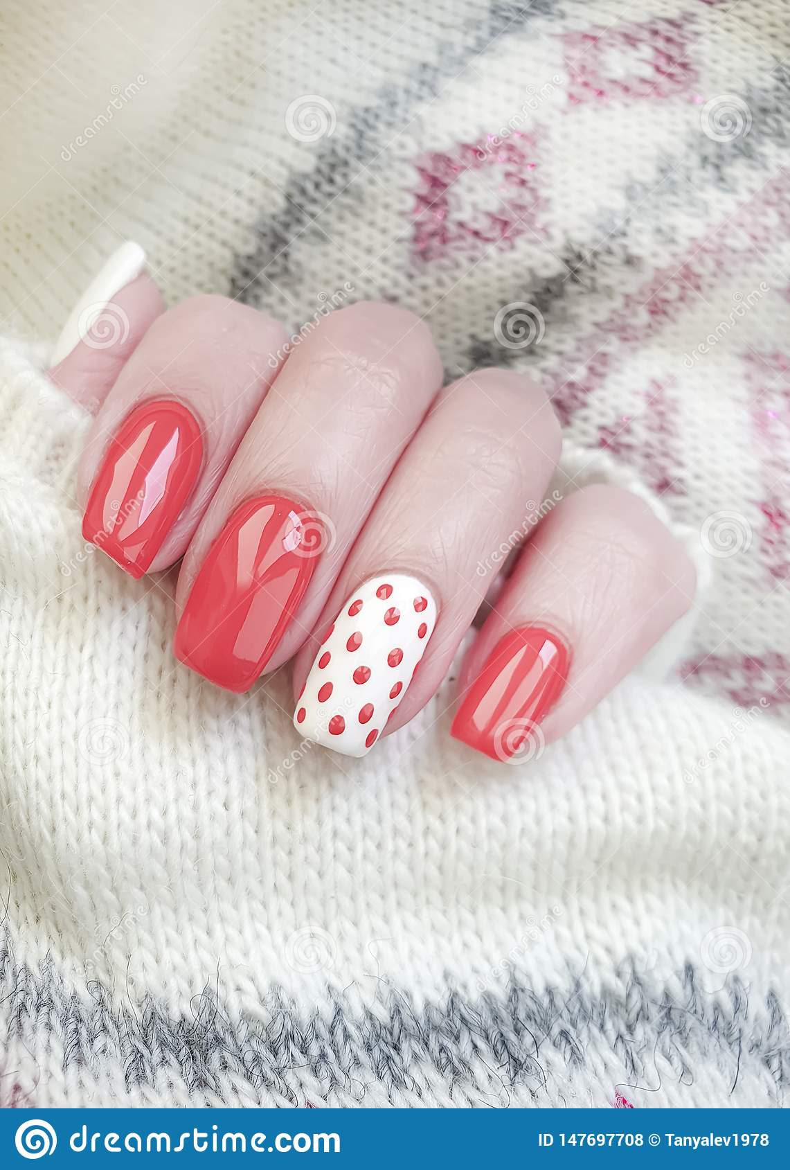 Żeńskiej ręki manicure u piękny czerwony pulower