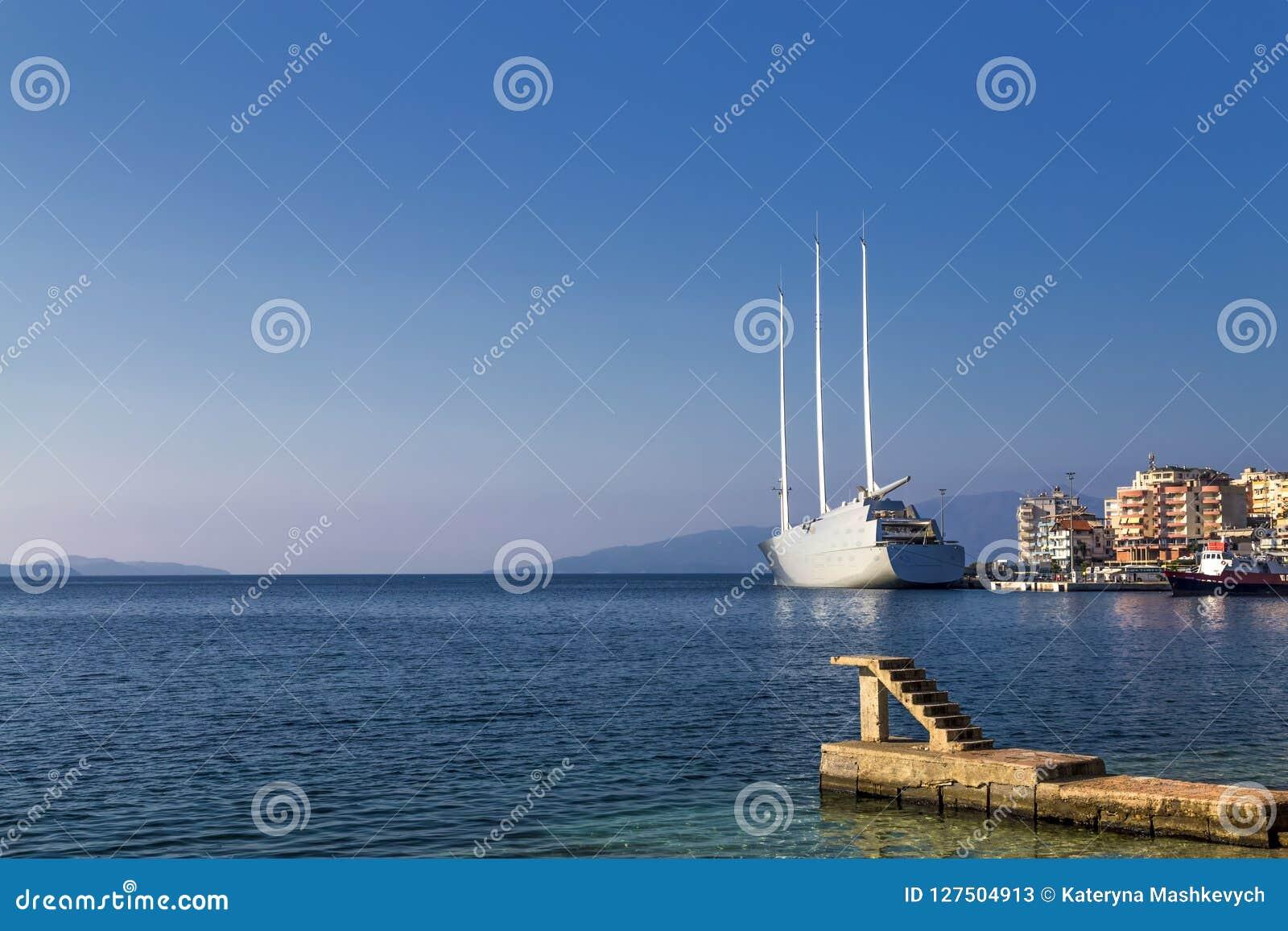 - ` żeglowania jachtu A `, SYA, jeden biggеst żeglowania jachty w świacie zakotwiczał w porcie Saranda, Albania