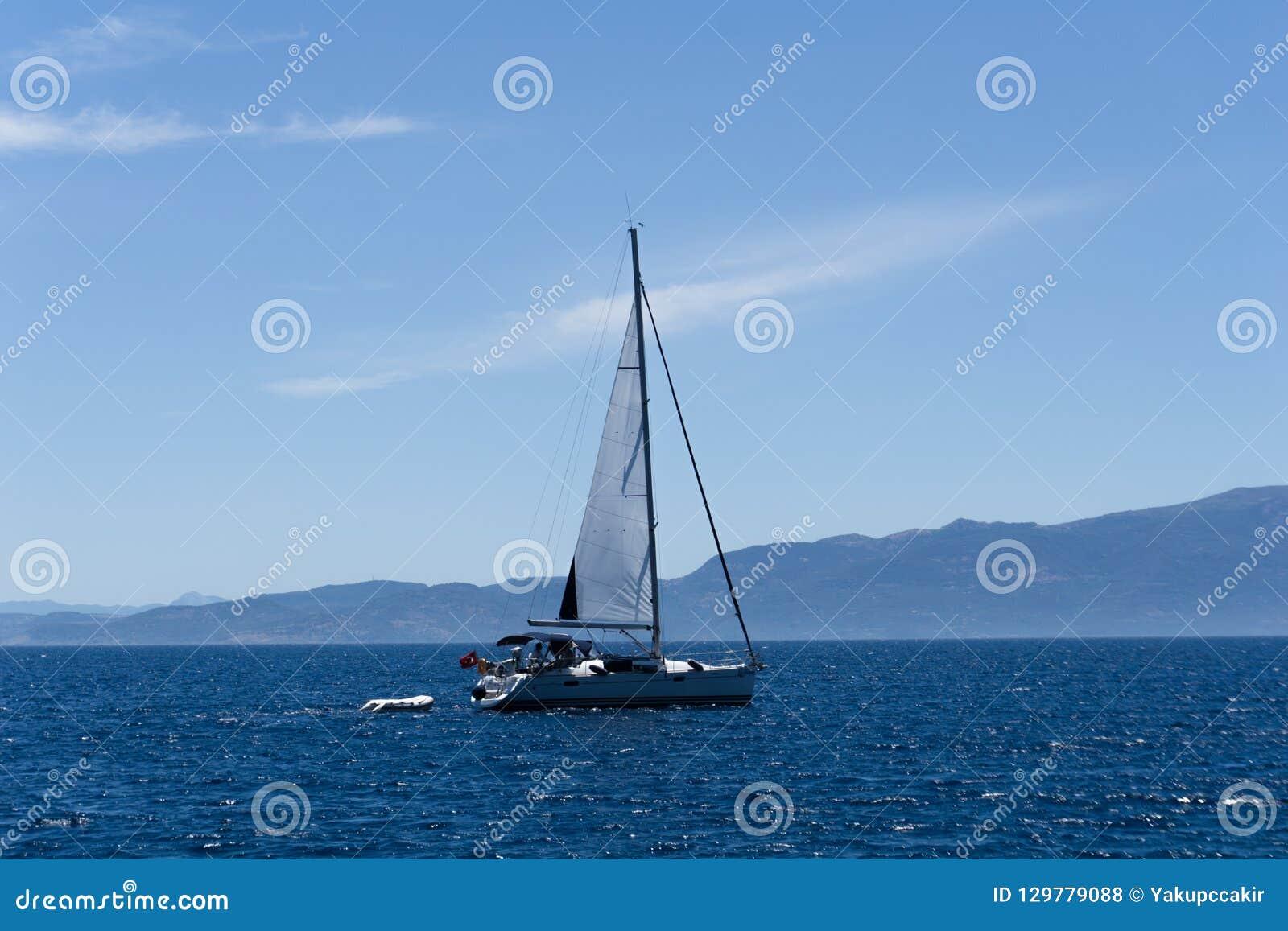 Żeglowanie jacht w morzu egejskim, widok od portu
