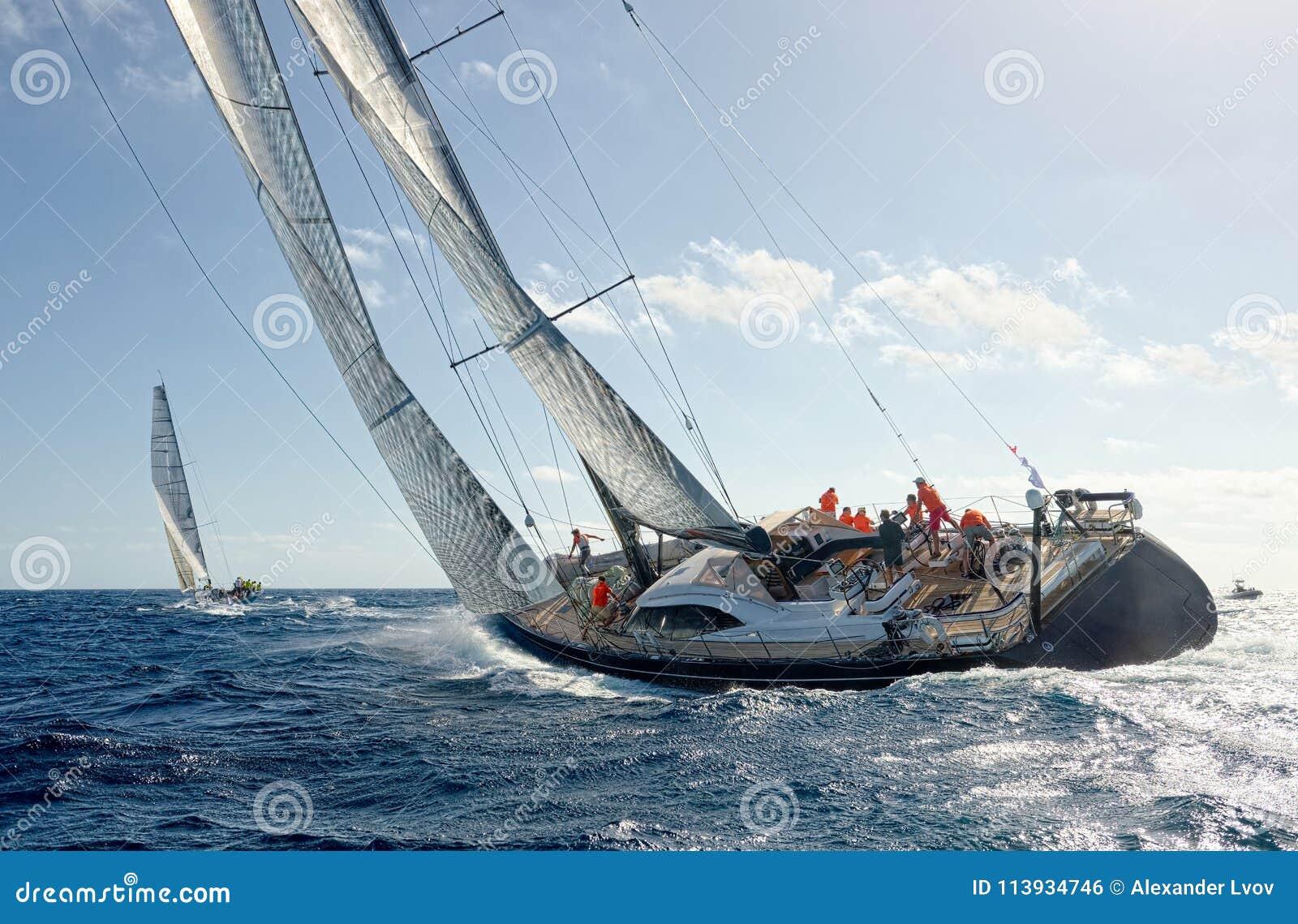 Żeglowanie jachtu rasa _ Żeglowanie jachty w morzu
