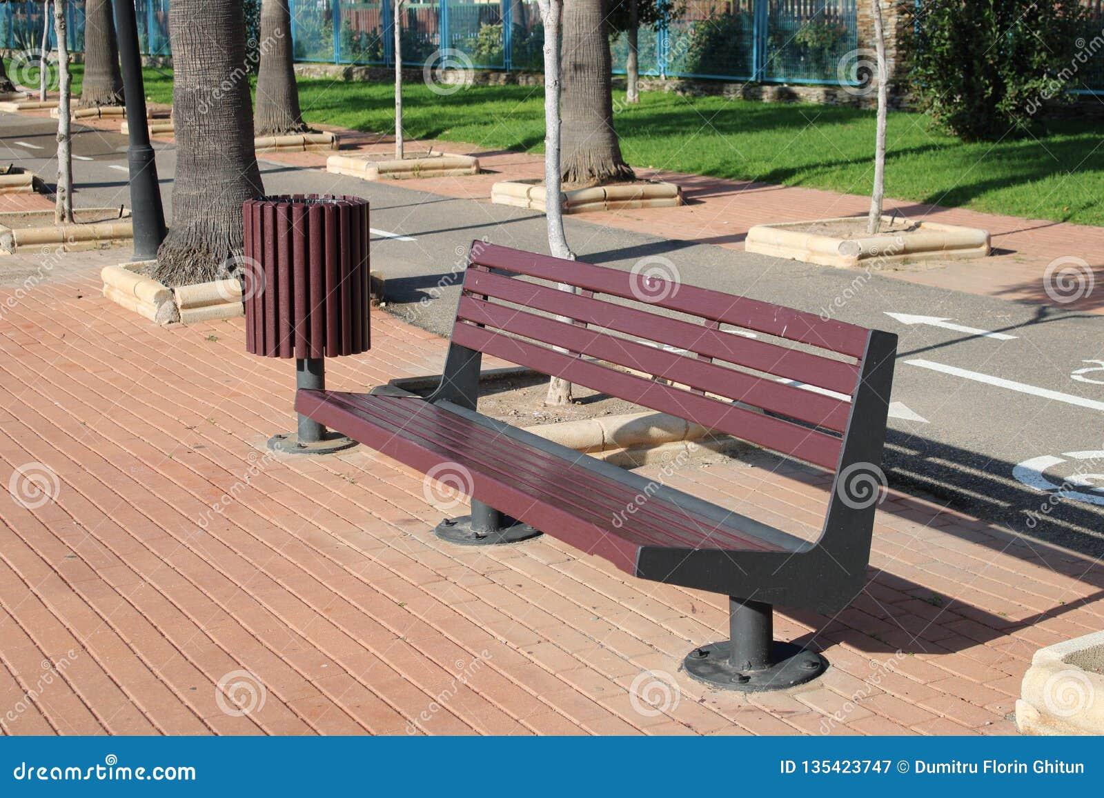 Żelazna ławka z drewnianym siedzeniem