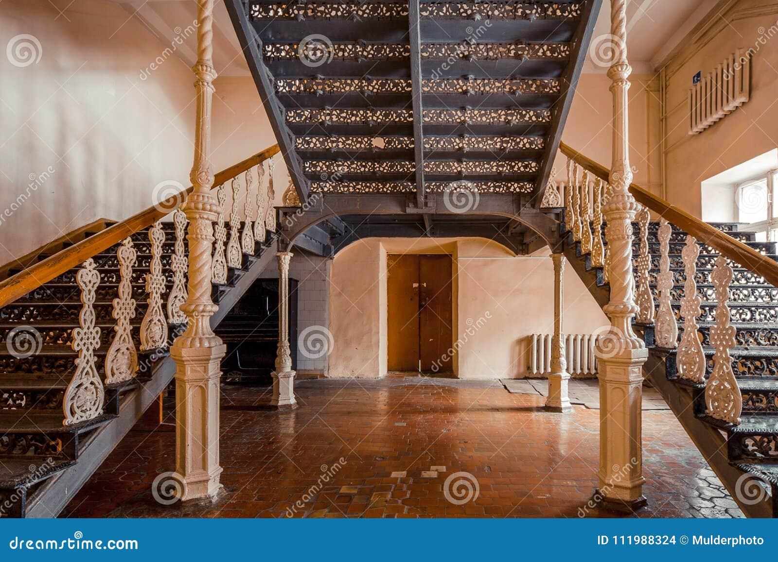 Żelazni piękni roczników schodki w starym dworze Ozdobny poręcz dokonany żelazo
