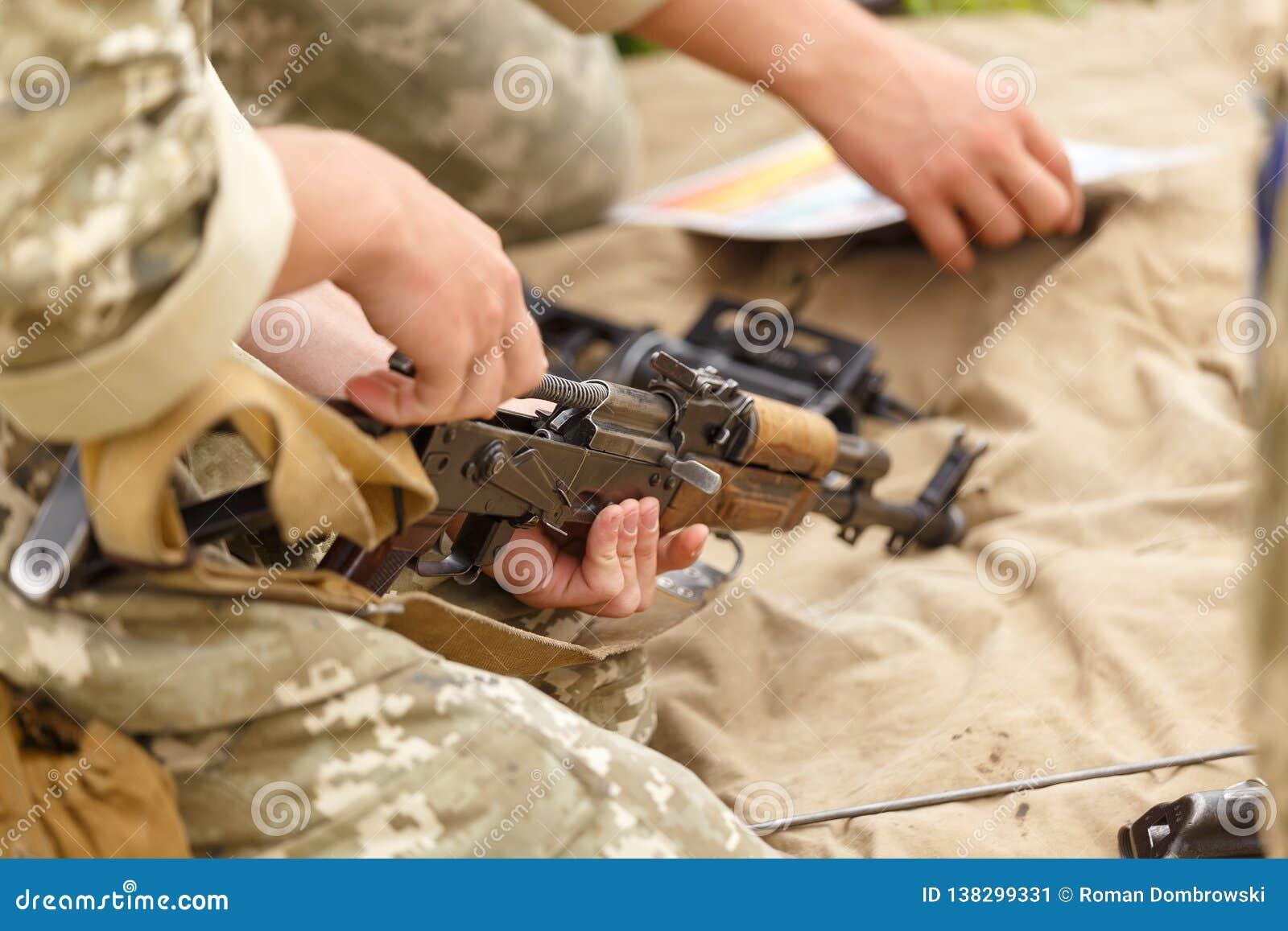 Żołnierz gromadzić karabinu szturmowego kałasznikow