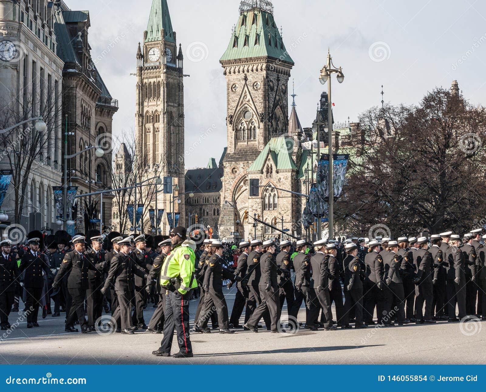 Żołnierze od Kanadyjskiego wojska, mężczyzn i kobiet od Królewskiej Kanadyjskiej marynarki wojennej jest ubranym wspominanie macz