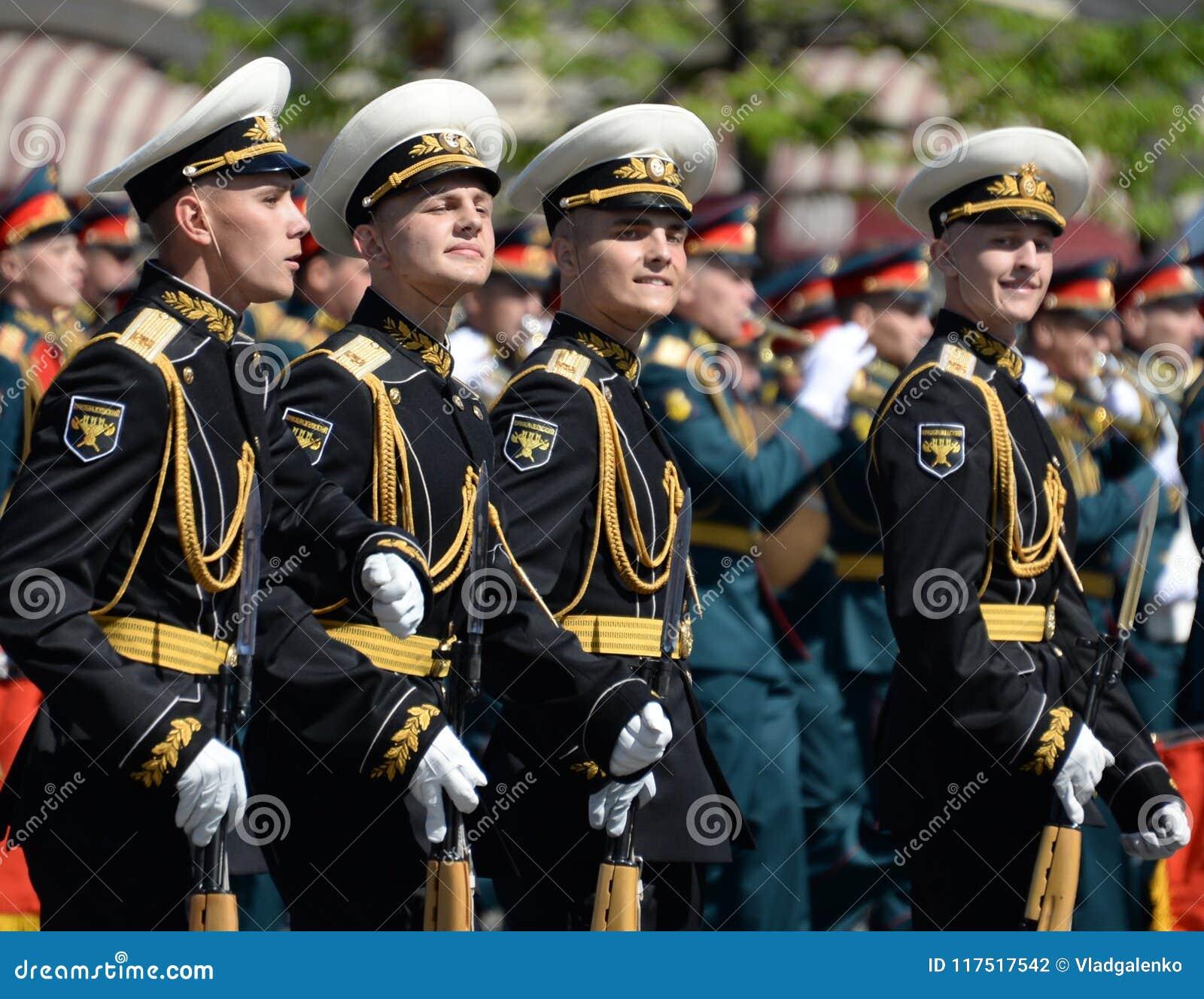 Żołnierze strażnik honor oddzielny Commandant ` s transfiguraci pułk przy militarną paradą
