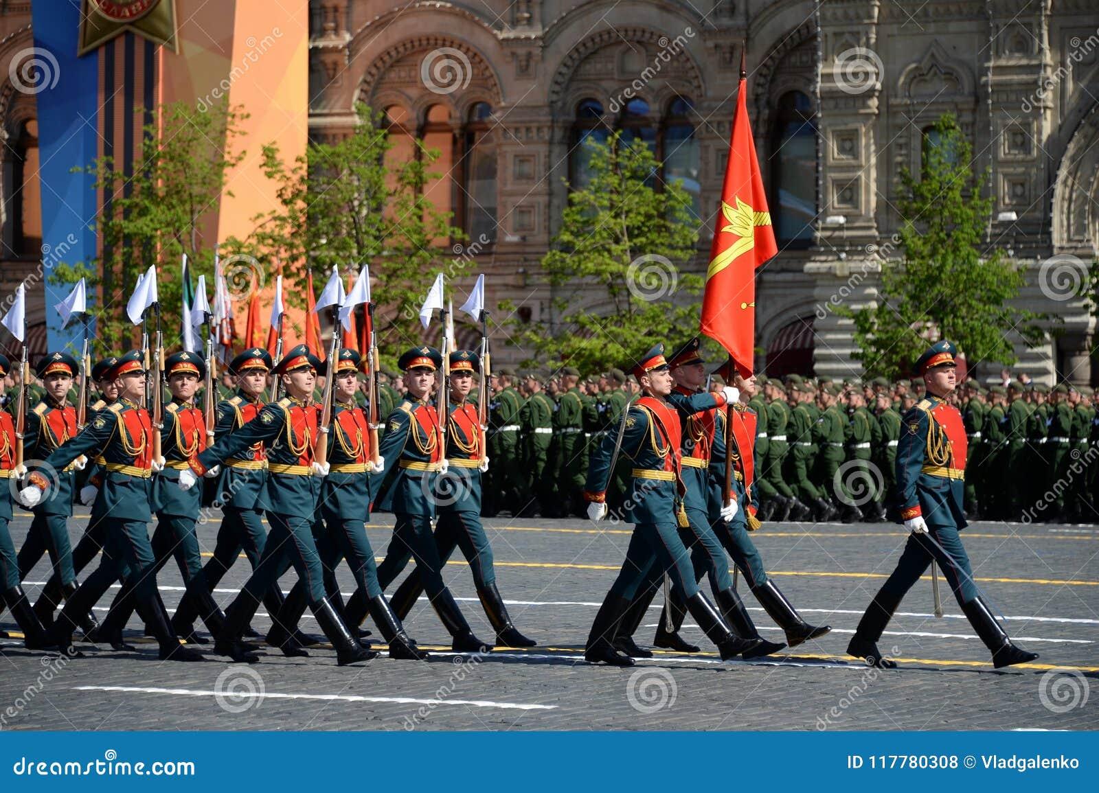 Żołnierze strażnik honor oddzielny Commandant ` s transfiguraci pułk przy militarną paradą na cześć zwycięzcę