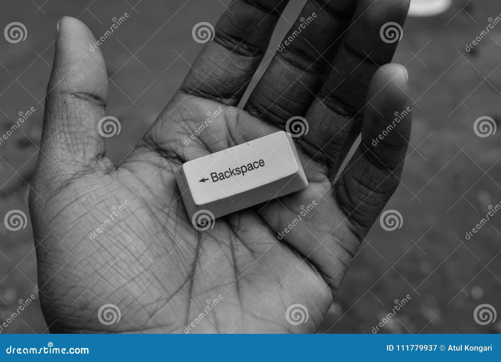 Życie żadny backspace klucza rękę trzyma backspace komputerowego klucz