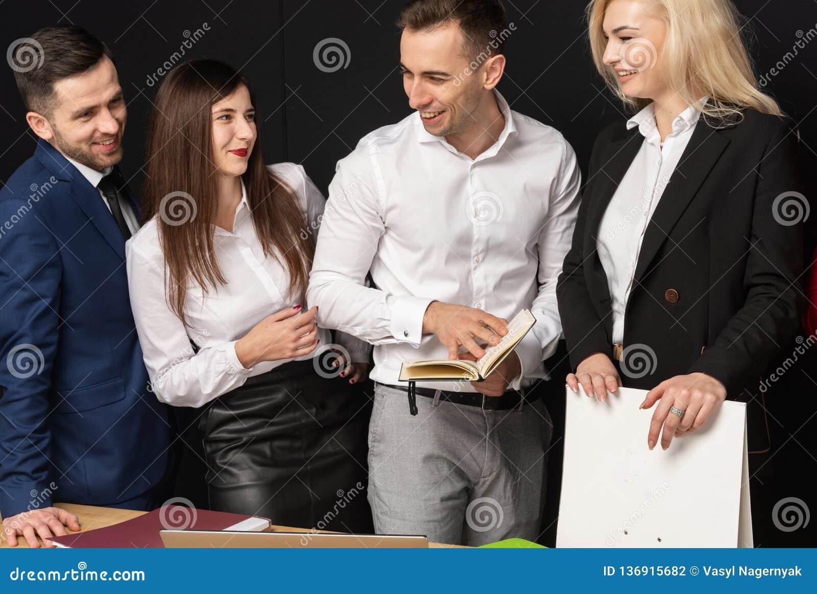 Życzliwa bisiness drużyna pracę w biurowym używa laptopie na stole