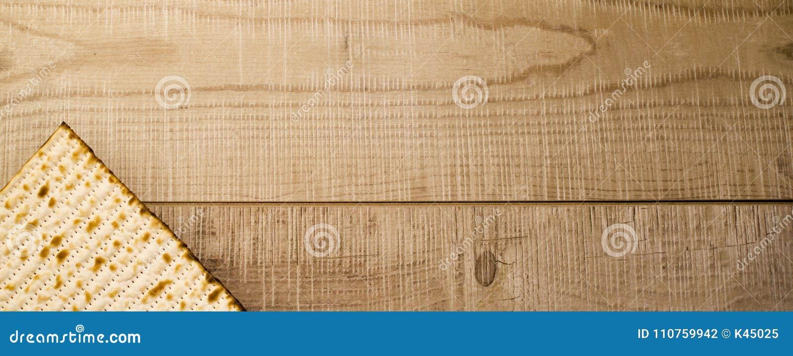 żydowski tradycyjny Passover Matzot na nieociosanym drewnianym tle